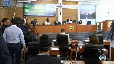 Sessão extraordinária irá votar reforma administrativa na Câmara de Sorocaba - Os vereadores de Sorocaba discutem nesta terça-feira (19) em sessão extraordinária a reforma administrativa da Câmara. A mudança prevê o fim de 20 cargos comissionados. O Daniel Schafer traz mais informações.