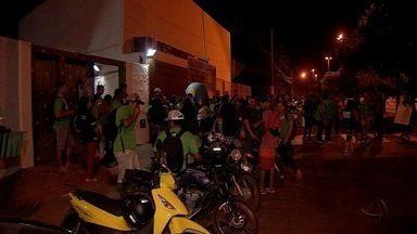 Estudantes protestam contra fechamento de EJA em escola de Campo Grande - Educação de Jovens e Adultos do período noturno de uma escola de Campo Grande protestaram contra o fechamento das salas. Agora, eles vão ter que procurar outros colégios.