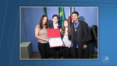 Desembargador entrega medalha de mérito a Procurador Regional Eleitoral - A medalha é oferecida pelo Tribunal àqueles que contribuíram para a maior eficiência da Justiça Eleitoral.