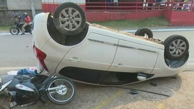 Carro capota na área central de Ji-Paraná - O acidente aconteceu na manhã desta Terça-feira (19)
