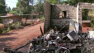 Mãe e filha morrem carbonizadas após casa pegar fogo em Medianeira - Incêndio foi na madrugada desta quarta-feira (20).