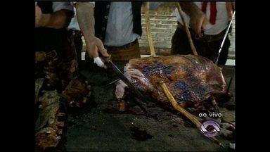 """Ao vivo o resultado do churrasco do CTG Bento Gonçalves - Na última matéria da série """"De Barbada"""" saiba o segredo de fazer um bom churrasco gaúcho."""