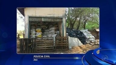 Toneladas de açúcar furtadas de trens são apreendidas em galpão de chácara - Polícia Militar apreendeu carga de quase 30 toneladas na Zona Rural de Jaú. Homem foi preso em flagrante por receptação.