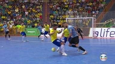 Jogador do Uruguai dá duas canetas em marcadores brasileiros - Jogador do Uruguai dá duas canetas em marcadores brasileiros