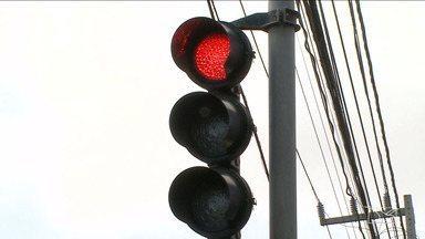 Falta de sincronia nos semáforos é motivo de reclamação para motoristas de São Luís - Segundo um especialista, falta um sistema que programe o funcionamento dos semáforos de acordo com o fluxo de veículos.
