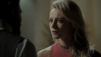 Jeiza alerta Caio sobre o entrevero de Ruy e Zeca - Policial diz para o namorado que está preocupada com Abel e Nazaré