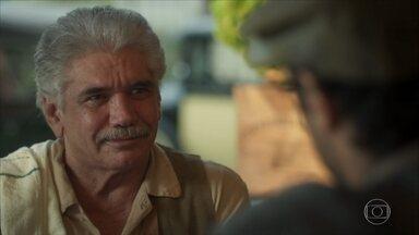 No Rio, Geraldo presenteia Inácio com sua passagem de volta a Portugal - Ele fica emocionado com a gentileza do patrão