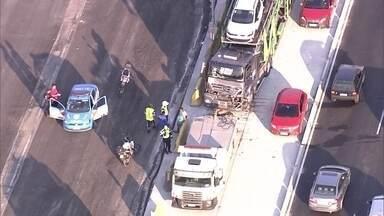 Acidente na Avenida Brasil complica acessos à região - O acidente aconteceu na altura da Penha, na pista em direção ao Centro. A batida entre um ônibus, uma carreta e um caminhão-cegonha complica o trânsito na região.