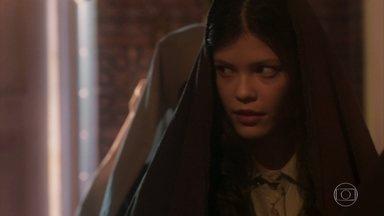 Maria Vitória troca olhar cúmplice com Irmã Assunção - A Irmã dá a entender que quer falar com ela