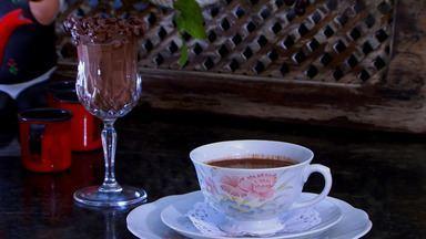 Aprenda a fazer receita de café colonial, que pode ser servido quente ou gelado - Bebida faz parte da rotina alimentar de milhares de brasileiros e pode ganhar um toque especial com poucos ingredientes.