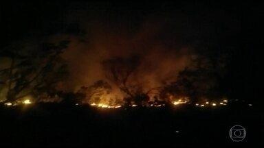 Incêndio atinge Chapada dos Veadeiros em Goiás - A entrada de turistas está suspensa no feriadão. Os bombeiros trabalham para que os focos não voltem a se espalhar pela reserva que é patrimônio natural da humanidade.