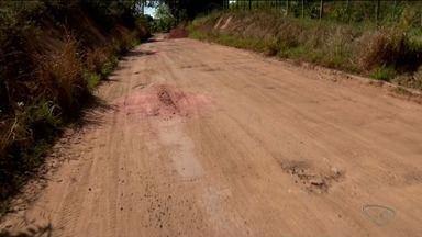 Estrada de Desengano, em Linhares, continua sem asfalto e cheia de buracos - Estrada já é conhecida na região pela situação ruim.