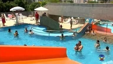 Temperatura em cidades do noroeste paulista ultrapassa os 40 graus - Os termômetros passaram dos 40 graus nos últimos dias em São José do Rio Preto, Araçatuba e Ilha Solteira. Por esse motivo, os moradores tentam encontrar alternativas para aliviar o calor.