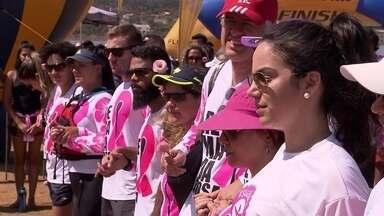 Remadoras que tiveram câncer de mama participam de competição no DF - Mulheres participam de provas de canoa havaiana. no Lago Paranoá. Esporte tem sido aliado no enfrentamento da doença. Renda do evento vai para o projeto Canamama, que apoio mulheres com câncer de mama.