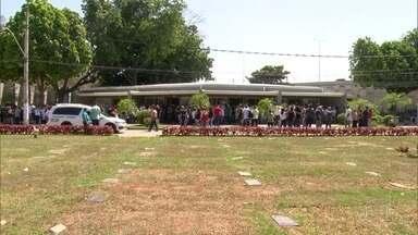 Corpos do empresário e do policial mortos, em São João de Meriti, são enterrados - Os dois foram assassinados, na saída do parque de diversões do empresário, na quinta-feira.