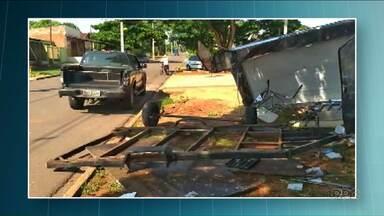 Dono de carrinho de lanches destruído em Paranavaí diz que agora está desempregado - Estagiário estava com a viatura da polícia quando bateu em um carrinho de lanche em Paranavaí. Segundo a própria polícia, ele estava bêbado.