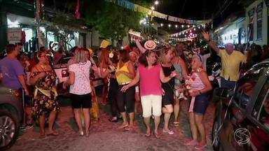 Carnaval fora de época anima foliões no distrito de Conservatória, em Valença - Blocos de rua, desfiles e marchinhas são atração no fim de semana.