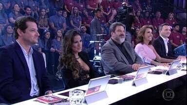 Faustão apresenta jurados do 'Dança dos Famosos' no dia do country - Simone, Marcelo Serrado, Mario Sergio Cortella, Pavel Kazarian e Regina Calil formam a bancada.