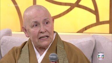 Monja Coen conta sua trajetória e fala sobre a depressão - Durante a juventude, ela chegou a tentar tirar a própria vida, mas superou a depressão ao adotar o zen budismo como estilo de vida