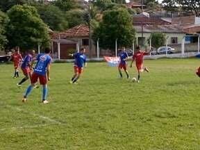 Grupo se reúne há mais de dez anos para jogar futebol - Amigos se encontram para praticar esporte em Santo Anastácio.