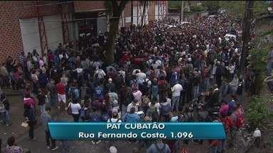 Prazo para entrega de currículos para vagas de emprego em Cubatão é prorrogado - PAT de Cubatão registrou grande fila de candidatos.