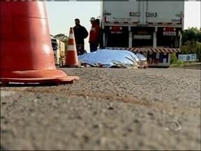 Mulher morre atropelada na RS 135 em Passo Fundo, RS - Ela foi atingida por um caminhão