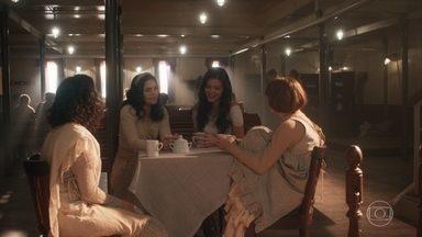 Helena, Maria Vitória e as meninas conversam sobre o Natal - Elas relembram como passavam a data em suas terras