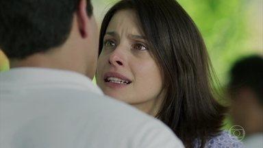 Cíntia desconfia de Júlio - Ela pede que o garçom conte quem armou para colocá-la na cadeia