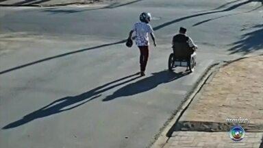 Polícia prende suspeito de assaltar cadeirante no meio da rua em São MIguel Arcanjo - A Polícia Civil prendeu na noite de segunda-feira (16) um dos suspeitos de terem assaltado um cadeirante de 64 anos no meio da rua, em São Miguel Arcanjo (SP).