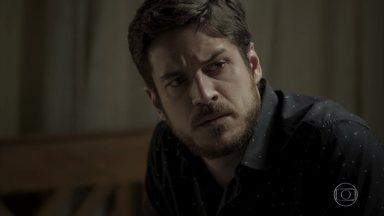 Zeca descobre noivado de Jeiza e Caio, e fica arrasado - Caminhoneiro ignora Ritinha e escuta quando o casal dá a notícia para Cândida