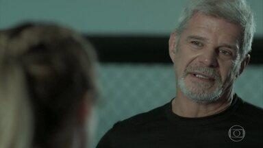 Allan aconselha Jeiza a pensar melhor antes de se casar com Caio - Treinador acredita que a policial ainda gosta de Zeca. Ele comenta que está pensando em pedir Selminha em casamento