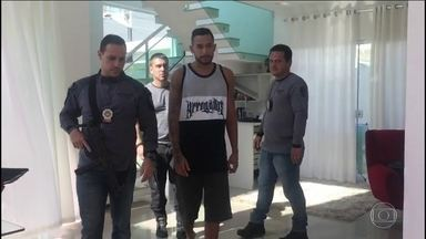 Preso homem que ajudou na fuga do chefe do tráfico da Rocinha, no Rio - O cantor MC Tikão, Fabiano Batista Ramos, usou uma moto para retirar Rogério Avelino da Silva da favela.