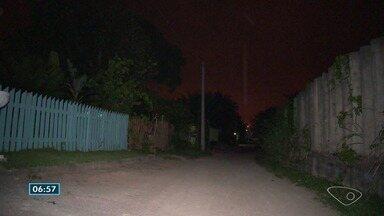 Moradores do bairro Interlagos, em Vila Velha, ES, reclamam da falta de iluminação - Rua está às escuras e eles têm medo da insegurança.