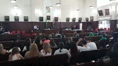 Começa o julgamento do acusado de participação na morte de estudante no campus da Unicamp - Anderson Marcelino Ferreira Mamede chegou ao Tribunal, em Campinas, às 9h05, no furgão da Secretaria de Administração Penitenciária (SAP).