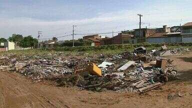 Moradores de São Carlos reclamam de entulho em terreno no Parque Sisi - Local é particular e proprietário foi notificado pela prefeitura.