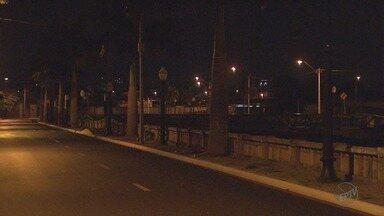 No escuro, Avenida Jerônimo Gonçalves, em Ribeirão Preto, só tem um poste aceso - Moradores que passam pela região reclamam de insegurança.