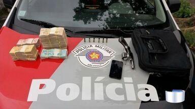 Homem é preso após roubar em 'saidinha de banco' em São José - Criminosos levaram R$ 64 mil.