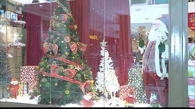Já é Natal nas vitrines de João Pessoa - Faltam dois meses para o Natal, mas o comércio já antecipou a decoração e a oferta de produtos típicos de dezembro.