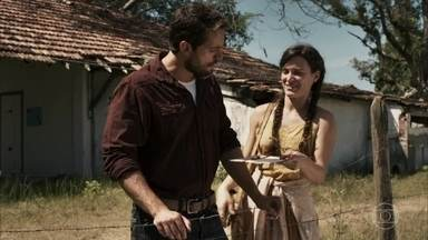 Clara convida Renato para o casamento - Médico se entristece com a notícia