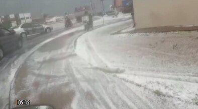 Chuva de granizo transforma em tapete branco as ruas de Franca (SP) - A temperatura caiu 12ºC em apenas uma hora na cidade. Confira a previsão do tempo para todo Brasil.