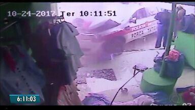Câmeras de segurança mostram o momento do acidente com um carro de polícia - Policiais estavam perseguindo uma moto que tinha furado uma blitz.