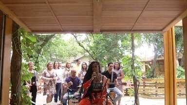 Iza canta 'Lean On' - Cantora anima os convidados do 'É de casa'