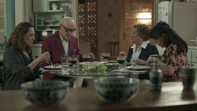 Pedrinho janta na casa de Elza e Prazeres - O ex-playboy é carinhoso com Arlete e elogia a vida humilde da família da taxista
