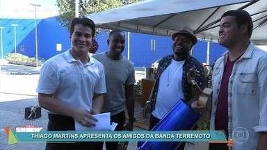 Júlio deixa a bandeja de lado e comanda roda de samba no quiosque - Thiago Martins convida seus amigos da banda Terremoto para gravar cena de 'Pega Pega'