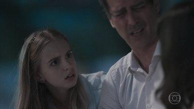 Clara e Lica discutem na frente de Edgar - A filha de Marta fica transtornada ao descobrir que o pai escutou o áudio no celular de Clara. Irritada, Clara acusa Edgar de estar traindo Malu. As meninas vão embora e deixam o diretor sozinho