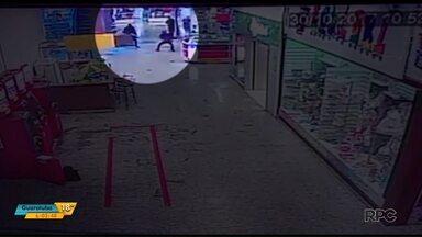 Polícia divulga vídeo que mostra troca de tiros dentro de um shopping em Ponta Grossa - O tiroteio foi durante um assalto, quando os caixas eletrônicos eram abastecidos com dinheiro. Um cliente e dois vigilantes ficaram feridos.