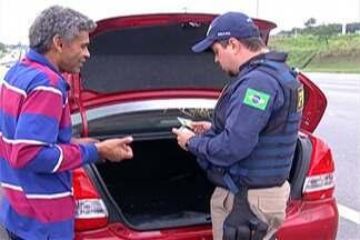 Polícia Rodoviária Federal fez blitz na Via Dutra - Objetivo é verificar se motoristas estão cumprindo a Lei da Cadeirinha.