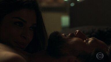 Lívia pede para Renato ser mais ousado com ela - Os dois passam a noite namorando
