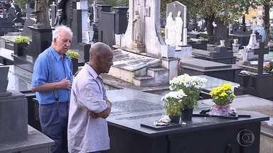 Parentes e amigos prestam homenagens aos mortos no Dia de Finados em Belo Horizonte - Cemitérios públicos de Belo Horizonte vão receber cerca de 100 mil pessoas.