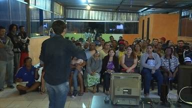 Moradores de vilas e favelas de BH recebem informações sobre sinal da TV digital - Sinal analógico de TV será desligado no dia 8 de novembro.